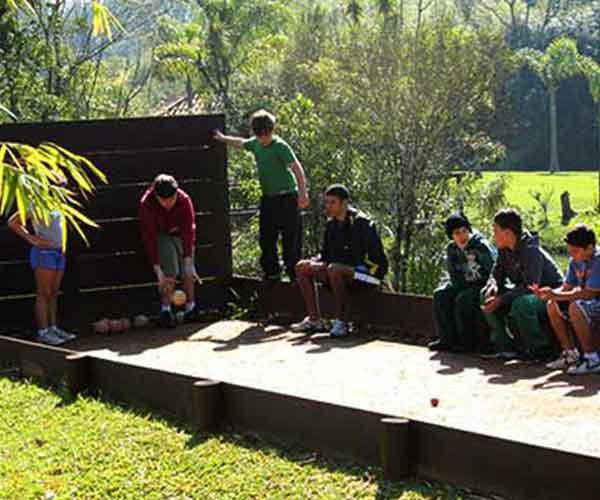 Crianças jogando bocha no acampamento