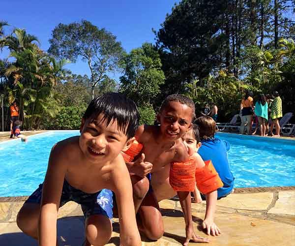 Crianças na piscina do acampamento de férias