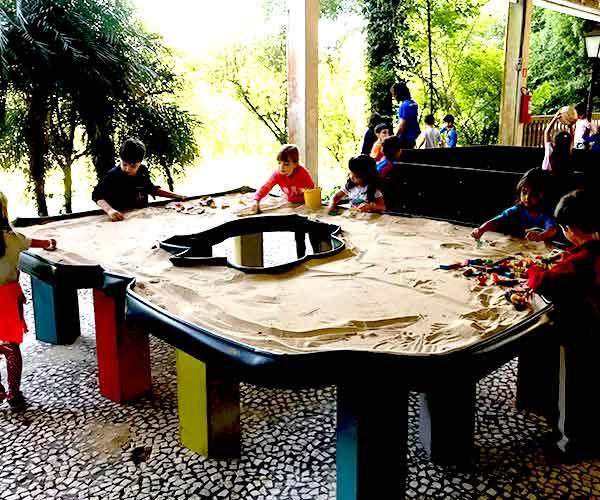 Mesa de areia infantil do acampamento Águias da Serra